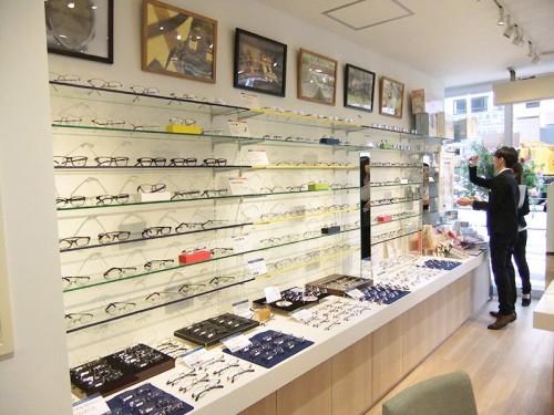 壁面のメガネのディスプレイ