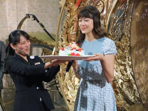 誕生日ケーキを進呈