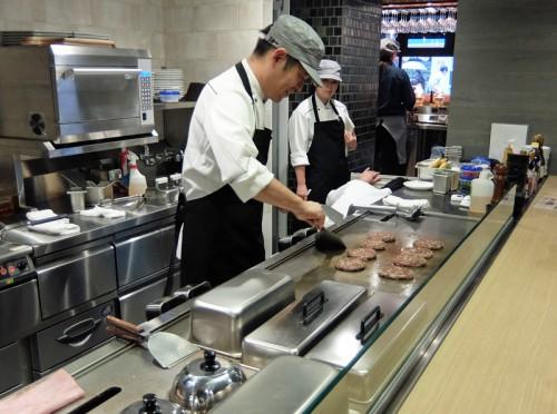 オープンキッチンで調理の様子を公開