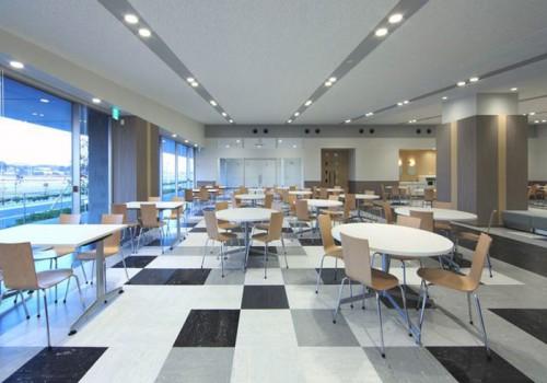 1階の130席のラウンジ。コンビニエンスストアや会議室など働きやすい環境