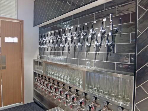 常時25種類のクラフトビールを提供