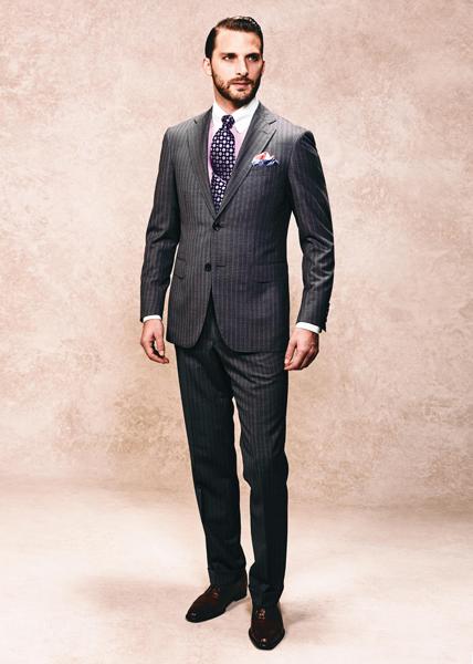 桜色を配したストライプ柄のスーツ