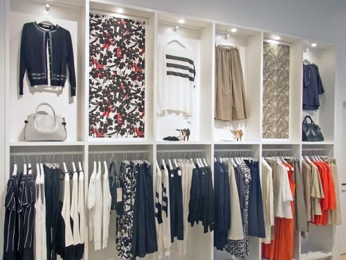 店舗の壁面は白を用い、商品の柄を強調
