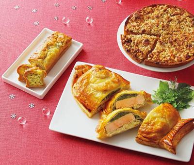 サーモンのパイ包み焼き、洋ナシとりんごのタルト、ブルーチーズとハチミツのミニケーキ