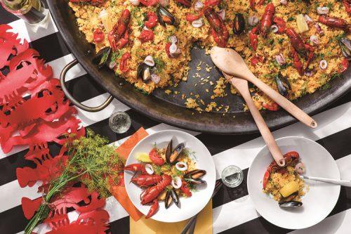 巨大パエリア鍋で調理したザリガニパエリア