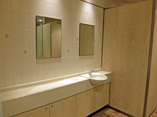 女性トイレにはパウダールームを設置