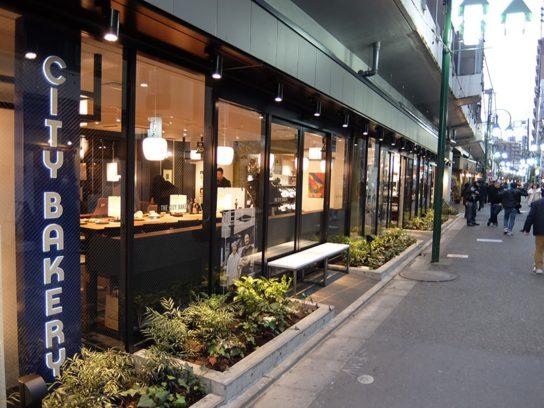 高架下に路面店形式で店舗を配置