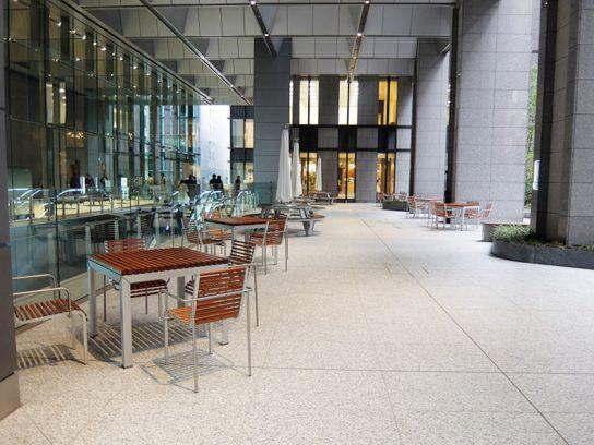商業施設エリアに20か所のレストスペースを設置