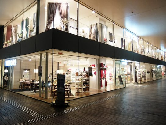 新宿店の3階ウッドデッキ側の外観