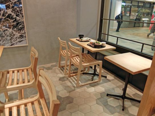 木のぬくもりを感じさせる家具を採用