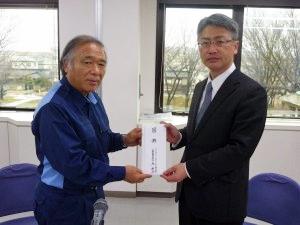 (左)糸魚川市の米田徹市長、アクシアル リテイリングの原和彦社長