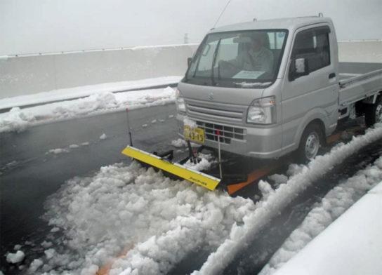 6F上りランプ付近での特殊車両を使った除雪
