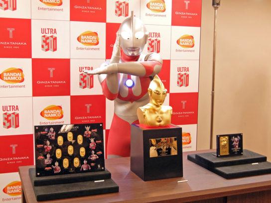 胸像、小判セット、記念プレートは展示も行う