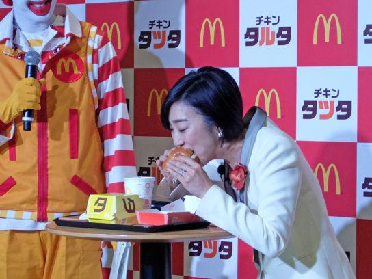 試食する龍田さん