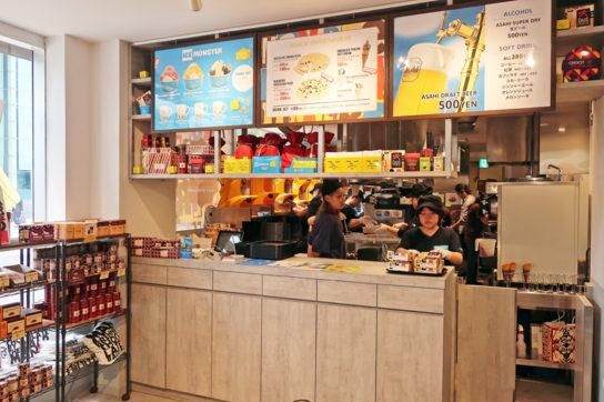 1階のカフェ注文カウンター