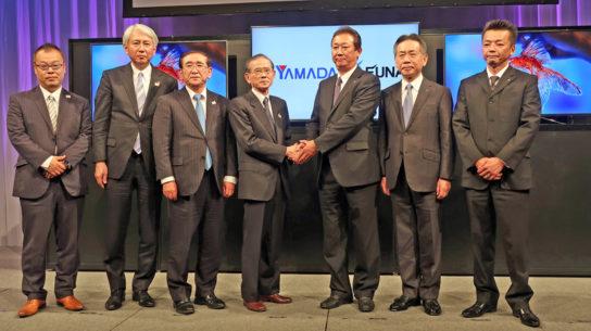 商品発表会、(中央左)山田会長、(同左)船越社長