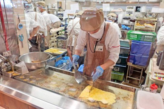 鉄板で調理する厚焼玉子