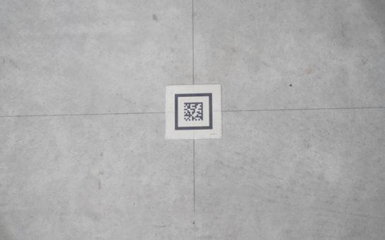 床に設置された二次元コード