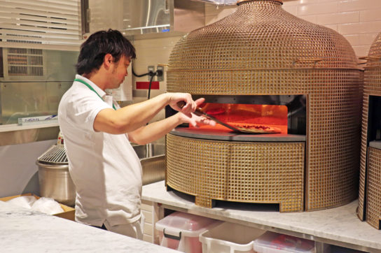 店内で焼き上げるピザ