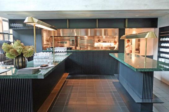 1階入口前にオープンキッチンを設置