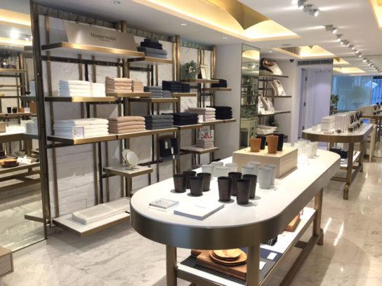 店内はゴールドと白を基調に商品が引き立つ内装デザイン