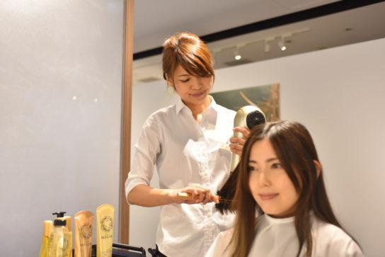 プロの美容師によるブロースタイリング