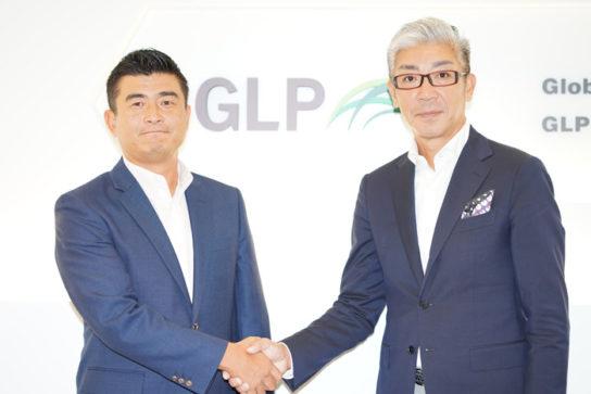 対談後、固く握手をする坂執行役員(右)、松脇部長(左)