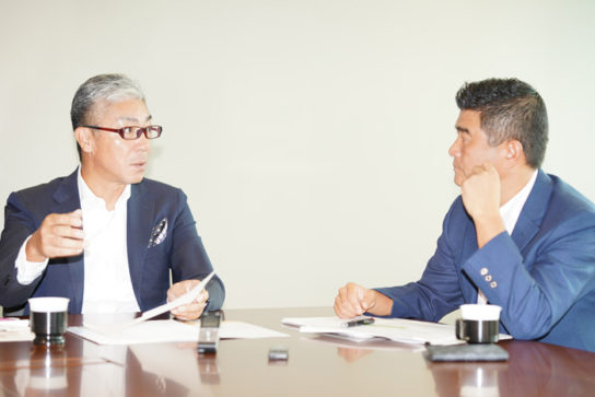 対談中の二人、坂執行役員(左)と松脇部長(右)
