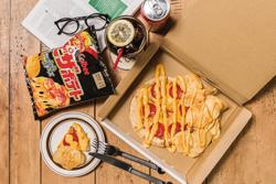 カルビー/ピザポテトの味再現したピザ、グロリアスチェーンカフェで販売