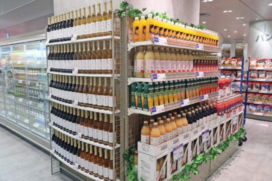 果汁100%のジュースも大量陳列