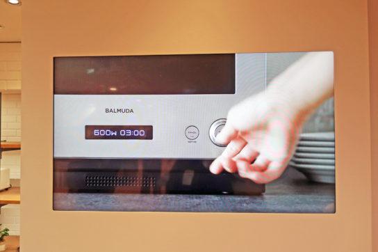 大型ディスプレイで製品紹介動画を放映