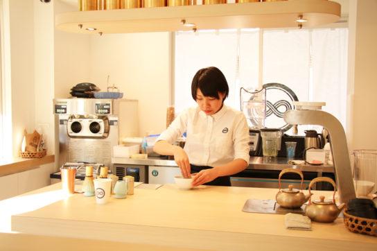 茶せんを使用し、抹茶を点てるようにつくるお茶ラテ