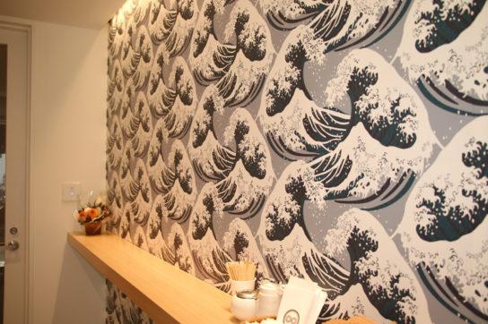 壁はオリジナルの波柄