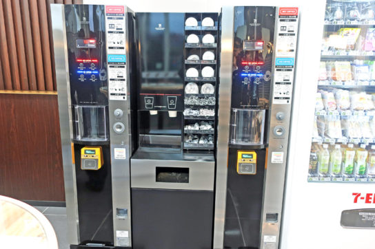 2階にはセブンカフェの自販機を設置