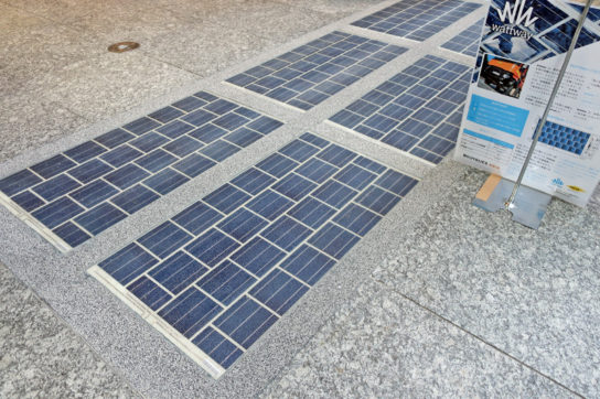 店舗前に路面型太陽光発電設備を導入