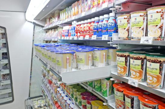 冷蔵ケースはすべてスライド棚を採用