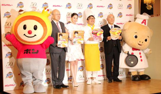 左から2番目:大塚食品・戸部社長、右から2番目:エースコック村岡寛社長
