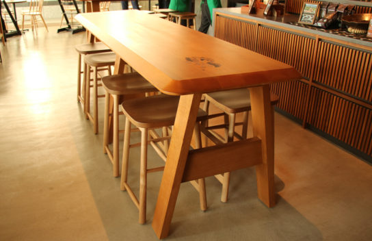 国産木材(天竜桧)をテーブル天板に使用