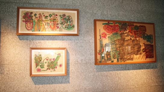 壁の一部にコーヒー豆かすボード採用(作品は田久保妙氏)