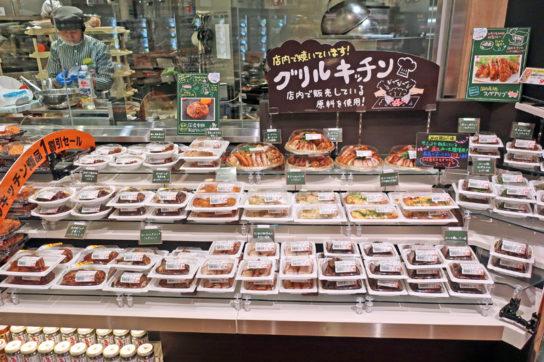 精肉部門の肉を使用するグリルキッチンコーナー