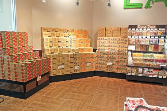壁面を生かして箱売り商品を展開
