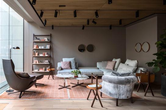 彫刻のように優美なデザイン家具を展示