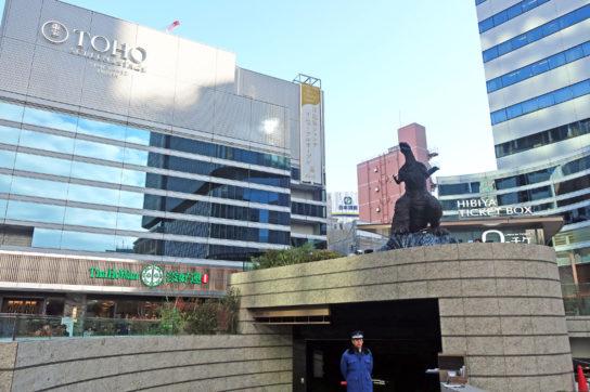 日比谷シャンテ前広場にはゴジラ像も配置