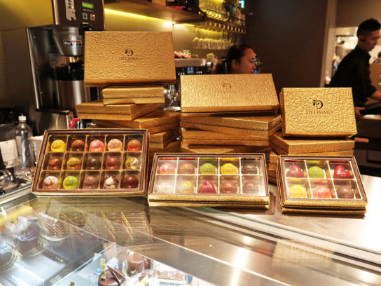 美しいチョコレートが並ぶ