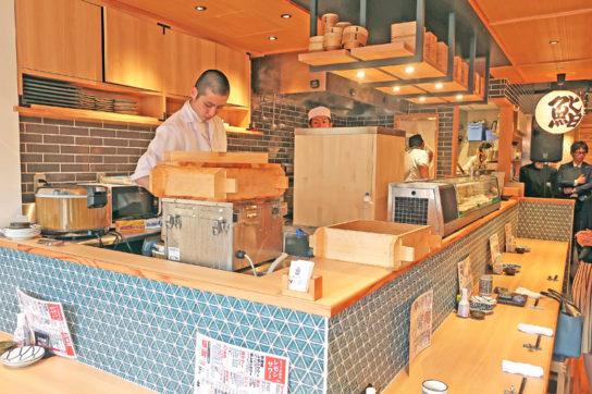 店内入口に寿司カウンターを設置