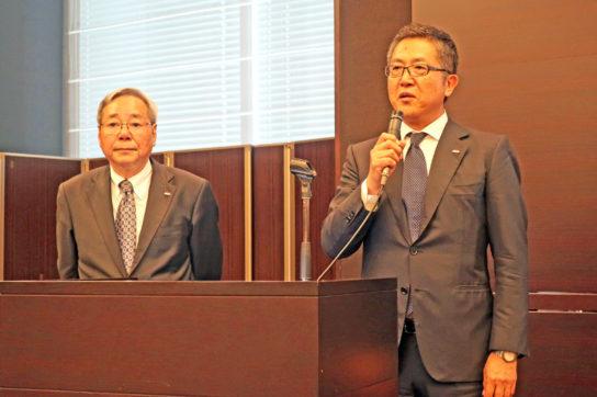 横山副社長(右)