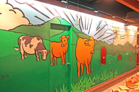 松屋銀座 裏店の2階には牧場の絵を描いた