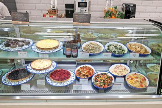 惣菜は大皿に盛り付け鮮度感を演出する