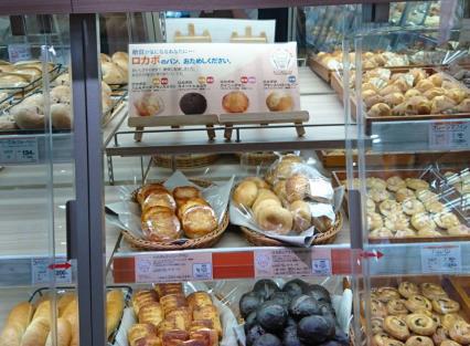 店内で製造した菓子パンなどがそろう