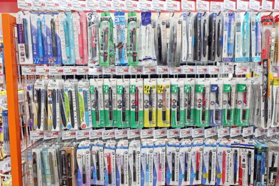 POPを斜めに設置し陳列数量を増やしたペン売場